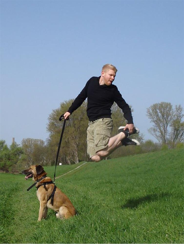 Das Konzept von Wolfs Rudel basiert auf einer Kommunikation, die für Mensch und Hund gleichermaßen verständlich ist und will durch Zuverlässigkeit in der Kommunikation neue Freiheiten für Mensch und Hund erreichen.